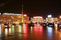 San Pietroburgo: una piazza iiluminata e trafficata