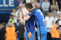Laurent Koscielny (Frankreich, France) umarmt Antoine Griezmann (Frankreich, France) - UEFA Euro 2016: Deutschland vs. Frankreich, Stade Velodrome Marseille, Halbfinale M50