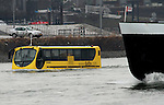 Foto: VidiPhoto..WAMEL - Een zogenoemde amfibus vaart maandag met passagiers over de Waal tussen Wamel en Tiel. De varende bus is deze week bezig met een try out, waarbij passagiers meevaren. Over drie weken worden drie van deze busvaartuigen ingezet in Rotterdam en vier in Amsterdam als attractie. In de toekomst gaan ze ook lijndiensten verzorgen. Het initiatief van het Nijmeegse bedrijf DAT start binnenkort al met lijndiensten in Engeland, Schotland, Duitsland, Oostenrijk en Zwitserland.