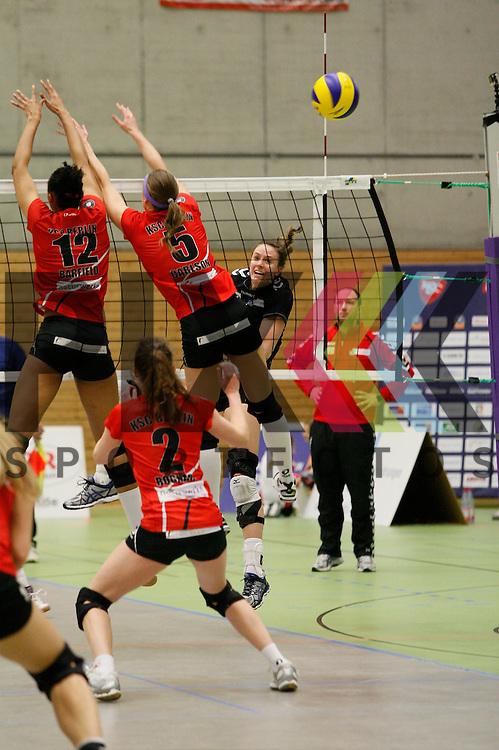 am Netz v. l. Koepenicks Lauren Barfield (Nr. 12) , Koepenicks Kindra Carlson (Nr. 5) , Hamburgs Dana Cranston (Nr. 5) <br /> <br /> 21.02.2015 Volleyball, 1. Bundesliga, Frauen, Saison 2014/15, Koepenicker SC Berlin - VT Aurubis Hamburg<br /> <br /> Foto &copy; PIX *** Foto ist honorarpflichtig! *** Auf Anfrage in hoeherer Qualitaet/Aufloesung. Belegexemplar erbeten. Veroeffentlichung ausschliesslich fuer journalistisch-publizistische Zwecke. For editorial use only.