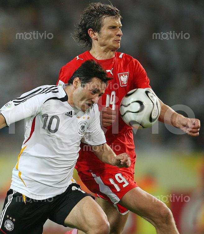 Fussball   WM 2006   Gruppenspiel Vorrunde   Deutschland - Polen Oliver NEUVILLE (li, GER) gegen Bartosz BOSACKI (re, POL)