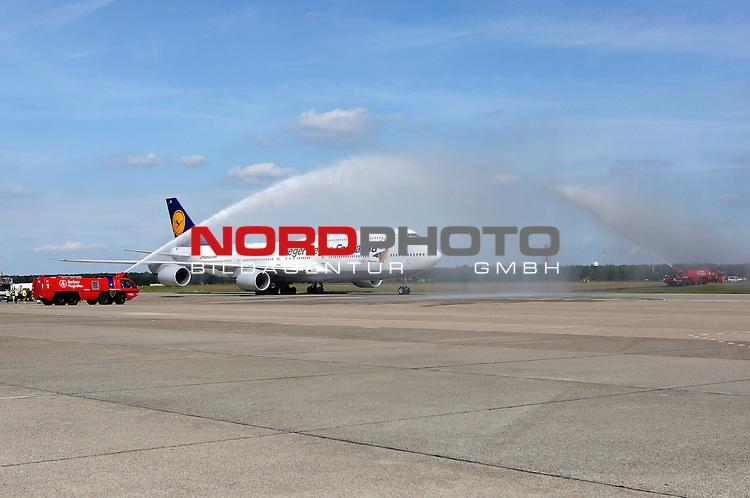 15.07.2015, Tegel, Berlin, Ankunft der deutschen Nationalmannschaft,   <br /> <br /> Die Boing wird von Wasserwerfern auf dem Flughafen Tegel Begr&uuml;&szlig;t<br /> <br /> Foto &copy; nordphoto