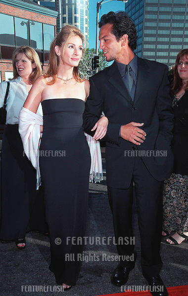 "25JUL99: Actress JULIA ROBERTS & actor boyfriend BENJAMIN BRATT at the Los Angeles premiere of her new movie ""Runaway Bride"" in which she stars with Richard Gere.  .(Note she has now shaved her armpits!) .    .© Paul Smith / Featureflash"