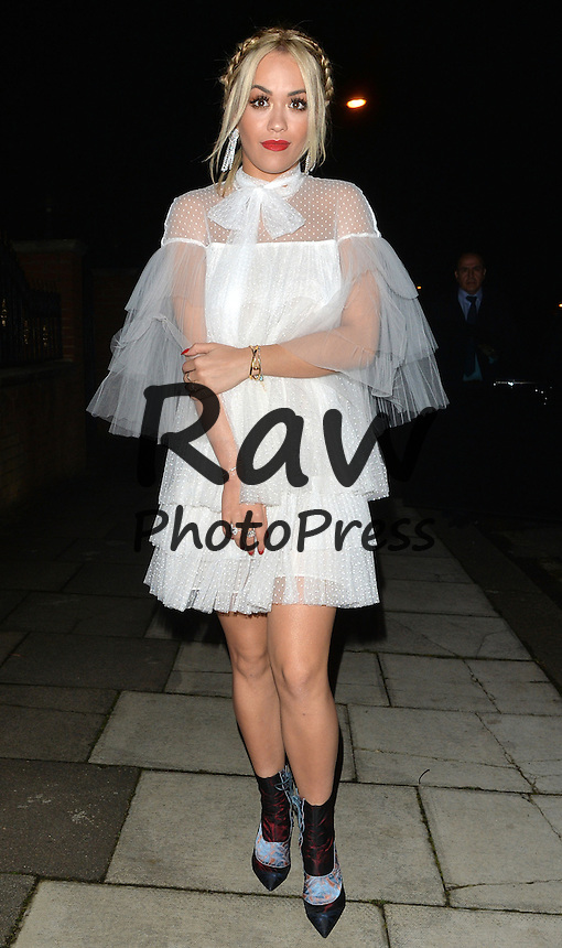 Rita Ora ha salido de fiesta en Londres.<br /> <br /> NON EXCLUSIVE PICTURE: MATRIXPICTURES.CO.UK<br /> PLEASE CREDIT ALL USES<br /> <br /> WORLD RIGHTS<br /> <br /> British singer, actress and current X Factor judge, Rita Ora is pictured as she makes her way to a friends house party, in London.<br /> <br /> The 25-year-old wears an unusual layered white dress. <br /> <br /> DECEMBER 12th 2015<br /> <br /> REF: LTN 153667
