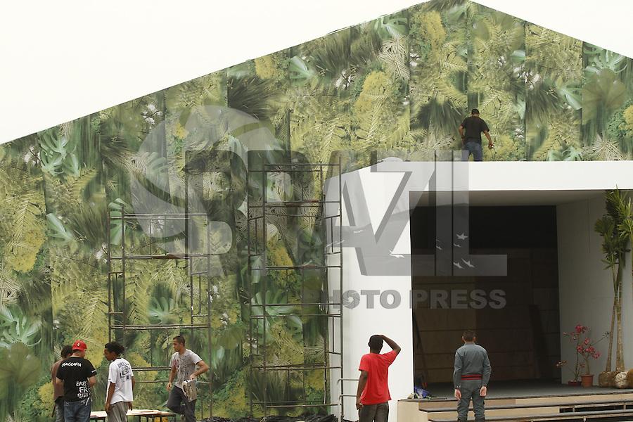 ATENÇÃO EDITOR: FOTO EMBARGADA PARA VEÍCULOS INTERNACIONAIS. SAO PAULO, SP, 26 DE OUTUBRO DE 2012.  SPFW 2013 MONTAGEM.  A estrutura onde acontecerão os desfiles da Sao Paulo Fashion Week 2013 é montada na manhã desta sexta feira no Parque Villa Lobos, na zona oeste da capital paulista. FOTO ADRIANA SPACA - BRAZIL PHOTO PRESS