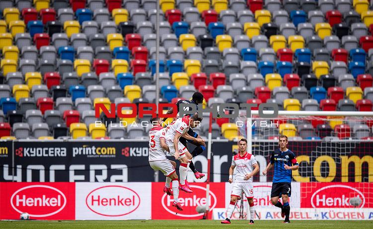 nph00351: Fussball, 1. Bundesliga, Saison 19/20, 26. Spieltag, Fortuna Düsseldorf - FC Paderborn 07, 16.05.2020:<br /> Niko Gießelmann (F95), Kevin Stöger (F95), Christopher Antwi-Adjei (SCP) vor leeren Rängen<br />  <br /> <br /> Nur für journalistische Zwecke! Only for editorial use!<br /> <br /> Gemäß den Vorgaben der DFL Deutsche Fußball Liga ist es untersagt, in dem Stadion und/oder vom Spiel angefertigte Fotoaufnahmen in Form von Sequenzbildern und/oder videoähnlichen Fotostrecken zu verwerten bzw. verwerten zu lassen. DFL regulations prohibit any use of photographs as image sequences and/or quasi-video. <br /> <br /> Foto: Moritz Müller/Pool / via Meuter/nordphoto
