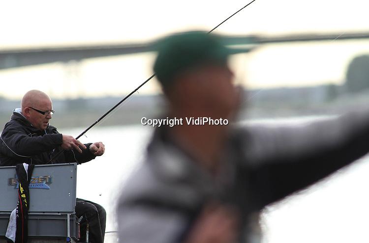 Foto: VidiPhoto..TIEL - Aan het Amsterdam-Rijnkanaal bij Tiel is zaterdag het Nederlands kampioenschap Feedervissen gehouden, waarbij de sportvisser met de meeste kilo's vis zich een jaar lang Nederlands kampioen mag noemen. Over een lengte van zo'n 2,5 kilometer vochten 88 sportvissers uit heel Nederland om de felbegeerde bokaal. Bij het feedervissen wordt een werphengel gebruikt met een verzwaarde voerkorf vlak bij het aas, zodat op of net boven de bodem gevist kan worden. Alleen vis die niet op de rode lijst staat, telt mee voor het gewicht. Voornamelijk wordt brasem, voorn en grondel gevangen. De wedstrijd werd georganiseerd door Sportvisserij Nederland..