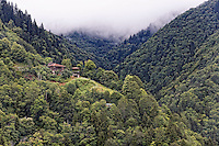 The steep slopes of Camlihemsin: in the Firtina Valley, the manors dating from the late 19th century attest to the fortunes earned in Russia by the sons of the valley.///Les pentes abruptes près de Camlihemsin: dans la vallée de Firtina, les maisons de maîtres de la fin du 19 éme siècle attestent de la fortune acquise en Russie par les fils de vallée.