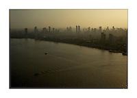 """O dia amanhece na regi""""o das ilhas em frente a cidade de BelÈm, neste momento se inicia mais uma prossiss""""o em homenagem a Nossa Senhora de NazarÈ.<br /> BelÈm, Par·, Brasil.<br /> Foto Paulo Santos<br /> 12/10/2008"""