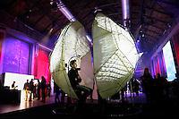 Nederland Amsterdam 2015 11 29. EUREKA! Festival bij de Westergasfabriek. Tijdens dit veelzijdige en inspirerende festival ervaar je hoe wetenschap onze maatschappij, technologie, economie en ons leven verrijkt.The Mutual Wave machine in het Transformatorhuis. The Mutual Wave Machine is een interactieve neurofeedback installatie