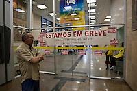 ATENCAO EDITOR IMAGEM EMBARGADA PARA VEICULOS INTERNACIONAIS  - SAO PAULO, SP , 18/09/2012 - GREVE BANCARIOS SP. - Os bancários de todo o País entraram em greve por tempo indeterminado a partir de hoje 18. As reivindicações dos trabalhadores, que pedem 10,25%, sendo 5,0% de aumento real. Além do reajuste salarial, os trabalhadores pleiteiam mudanças na participação nos lucros e resultados (PLR). Na foto agencia do banco do brasil na rua 15 de novembro<br /> FOTO VAGNER CAMPOS / BRAZIL PHOTO PRESS