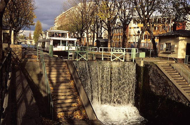 Ecluse sur la canal Saint-Martin, Paris 10eme. *** Lock-gate on Saint-Martin canal, Paris 10eme.