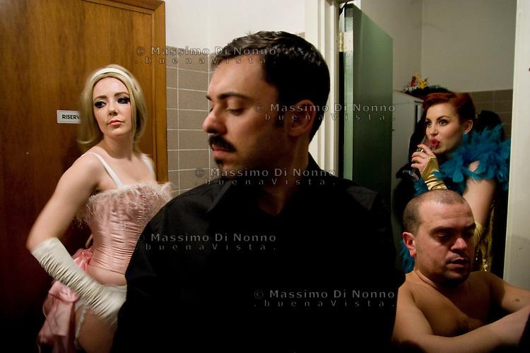 Milano: un camerino prima dello spettacolo di burlesque