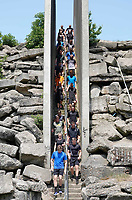 Nederland - Spaarnwoude. Mei2018. De Strong Viking Hills Edition vindt plaats in recreatiegebied Spaarnwoude. Obstacle Run. Deelnemers op één van de twee klimwanden, die permanent in het recreatiegebied staan.  Foto Berlinda van Dam / Hollandse Hoogte.
