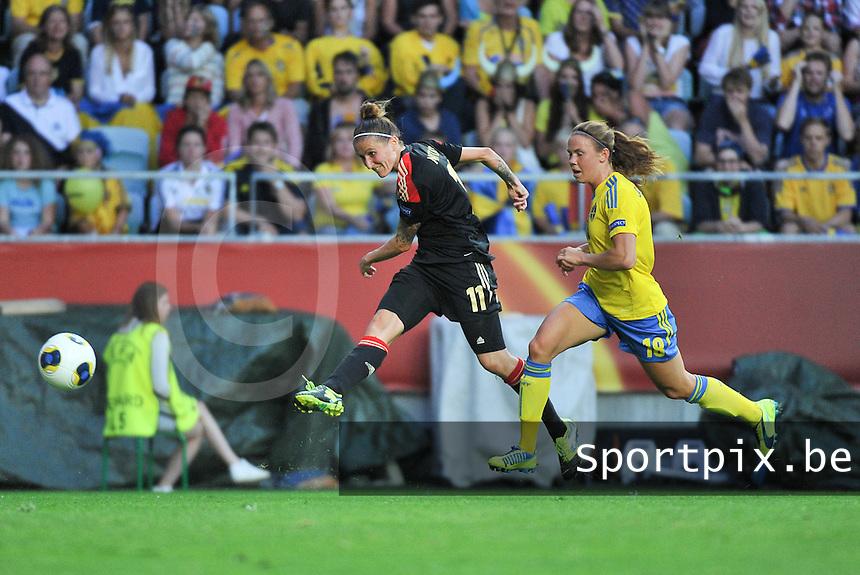Sweden - Germany : Anja Mittag (11) met het schot voor Jessica Samuelsson (18)<br /> foto David Catry / nikonpro.be