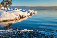Vinter snö öppet vatten på Gålö i Stockholms skärgård.
