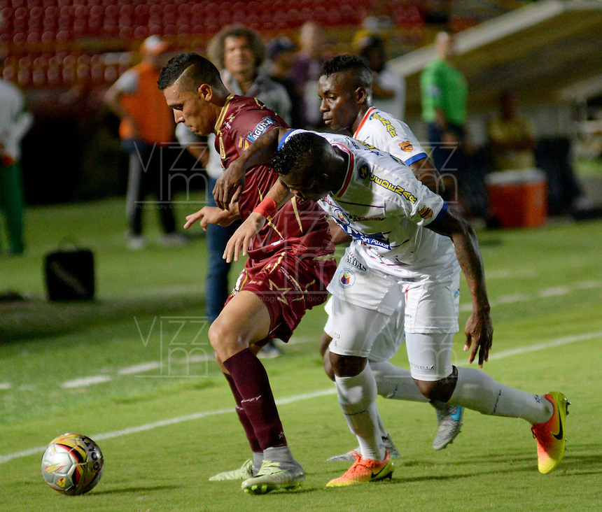 IBAGUE -COLOMBIA, 30-10-2016: Victor Aquino (Izq.) jugador de Deportes Tolima disputa el balón con Yoiver Gonzalez (Der.) jugador del Deportivo Pasto, durante partido por la fecha 18 de la Liga Aguila II 2016 entre Deportes Tolima y Deportivo Pasto,  jugado en el estadio Manuel Murillo Toro de la ciudad de Ibague. / Victor Aquino (L) player of  Deportes Tolima vies for the ball with Yoiver Gonzalez (R) player of Deportivo Pasto, during a match for the date 18 of the Aguila League II 2016, between Deportes Tolima and Deportivo Pasto,  played at Manuel Murillo Toro stadium in Ibague city. Photo: VizzorImage / Juan Carlos Escobar / Cont.