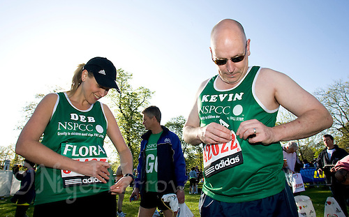 26 APR 2009 - LONDON,GBR - Deborah Vawer and Kevin Rosser - London Marathon. (PHOTO (C) NIGEL FARROW)