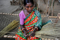 INDIA, Jharkhand, Chaibasa, Adivasi, Ho tribe, woman makes brush for income generation / INDIEN, Jharkhand , Chaibasa , Dorf Ulijari, Ho Ureinwohner, Frau fertigt Besen zur Einkommenserzielung