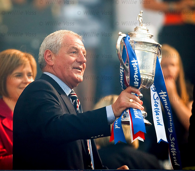 Walter Smith lifts the Scottish Cup