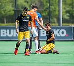 BLOEMENDAAL - Gijs Campbell (Den Bosch) met scheidsrechter Jonas van 't Hek,   tijdens de hoofdklasse competitiewedstrijd hockey heren,  Bloemendaal-Den Bosch (2-1) , COPYRIGHT KOEN SUYK