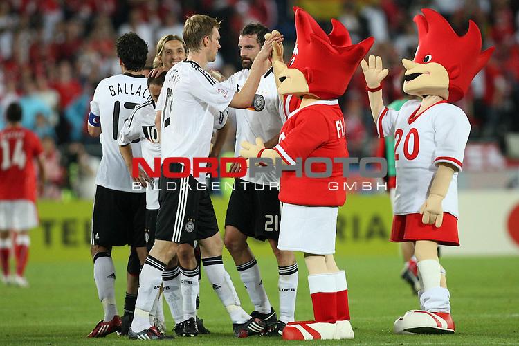 UEFA Euro 2008 Group B Match 20 Wien - Ernst-Happel-Stadion. &Ouml;sterreich ( AUT ) - Deutschland ( GER ) 1:0. <br /> Per Mertesacker ( Germany / Verteidiger / Defender / Werder Bremen #17 ), Arne Friedrich ( Germany / Verteidiger / Defender / Hertha #03 ) und die EM-Maskottchen Trix und Flix (l-r) freuen sich nach Spielschlu&szlig; &uuml;ber den 1:0 Sieg.<br /> Foto &copy; nph (  nordphoto  )