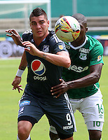 CALI -COLOMBIA-17-04-2016. German Mera (Der) del Deportivo Cali disputa el balón con Michael Rangel (Izq) de Millonarios durante partido por la fecha 13 de la Liga Águila I 2016 jugado en el estadio Palmaseca de Cali./ German Mera (R) player of Deportivo Cali fights for the ball with Michael Rangel (L) player of Millonarios during match for the date 13 of the Aguila League I 2016 played at Palmaseca stadium in Cali. Photo: VizzorImage/Juan C Quintero