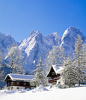 Austria, Upper Austria, Salzkammergut, Wintersport resort Gosau: Farmhouses at Dachstein mountains | Oesterreich, Oberoesterreich, Salzkammergut, Wintersportort Gosau: Bauernhaeuser am Fusse des Dachsteingebirges