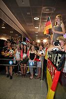 vergeblich wartende Fans<br /> Fans warten am Frankfurter Flughafen auf die DFB-Elf *** Local Caption *** Foto ist honorarpflichtig! zzgl. gesetzl. MwSt. Auf Anfrage in hoeherer Qualitaet/Aufloesung. Belegexemplar an: Marc Schueler, Alte Weinstrasse 1, 61352 Bad Homburg, Tel. +49 (0) 151 11 65 49 88, www.gameday-mediaservices.de. Email: marc.schueler@gameday-mediaservices.de, Bankverbindung: Volksbank Bergstrasse, Kto.: 151297, BLZ: 50960101