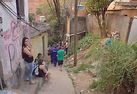 """OSASCO,SP, 04.08.2015 - ACIDENTE-SP - Desmoronamento de terra no bairro Jardim Baronesa, """"Comunidade do Sapo"""" destruiu pelo menos 30 casas na tarde desta terça-feira (08). Várias equipes do corpo de bombeiros estão no local à procura de Vítimas.(Foto : Marcio Ribeiro / Brazil Photo Press)"""