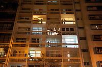SAO PAULO, SP, 04.09.2014 -  Moradores ao redor da Praça Roosevelt assistem protesto contra a lei que proíbe o uso de máscaras em protestos, na Praça Roosevelt durante na cidade de São Paulo, na noite  de Quinta -Feira,04 (Foto:Gabriel Soares/Brazil Photo Press)