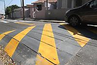 Campinas (SP), 29/07/2020 - Trânsito-SP - A Empresa Municipal de Desenvolvimento de Campinas (Emdec),interior de São Paulo, colocou em teste um novo modelo de lombadas. O primeiro dispositivo foi instalado como um projeto-piloto no bairro Vila Marieta. A novidade é feita em módulos, numa estrutura que permite que seja removida e transferida para outras localidades, sem causar qualquer tipo de dano ao viário. O diferencial da lombada é que ela garante maior flexibilidade no enfrentamento de situações transitórias de tráfego. A Empresa Municipal de Desenvolvimento de Campinas (Emdec) começou a testar um novo modelo de lombadas em Campinas. O primeiro dispositivo foi instalado há cerca de 10 dias como um projeto-piloto, na Rua Doutor Luís Silvério, no bairro Vila Marieta. A novidade é feita em módulos, numa estrutura que permite que seja removida e transferida para outras localidades, sem causar qualquer tipo de dano ao viário. Segundo a Emdec, o diferencial da lombada é que ela garante maior flexibilidade no enfrentamento de situações transitórias de tráfego. Uma das possibilidades é instalar o dispositivo temporariamente para reduzir a velocidade dos veículos e retirá-lo após os trabalhos.