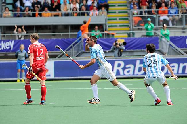 The Hague, Netherlands, June 15: Matias Paredes #10 of Argentina celebrates after scoring a field goal to give Argentina a 1-0 lead during the field hockey bronze match (Men) between Argentina and England on June 15, 2014 during the World Cup 2014 at Kyocera Stadium in The Hague, Netherlands. Final score 2-0 (0-0)  (Photo by Dirk Markgraf / www.265-images.com) *** Local caption *** Michael Hoare #12 of England, Matias Paredes #10 of Argentina, Manuel Brunet #24 of Argentina