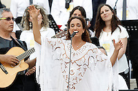 La cantante israeliana Noa si esibisce prima dell'arrivo di Papa Francesco all'incontro con gli appartenenti al Rinnovamento nello Spirito Santo in Piazza San Pietro, Citta' del Vaticano, 3 luglio 2015.<br /> Israeli singer Noa performs prior to the arrival of Pope Francis for his meeting with members of the Catholic Charismatic Renewal movement in St. Peter's Square at the Vatican, 3 July 2015.<br /> UPDATE IMAGES PRESS/Isabella Bonotto<br /> <br /> STRICTLY ONLY FOR EDITORIAL USE
