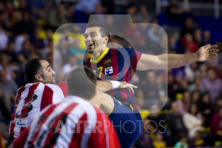 FC Barcelona's Kiril Lazarov (center) and Frigorificos del Morrazo's Fernando Eijo (left) during the Liga Asobal 2013-2014 match FC Barcelona vs Frigorificos del Morrazo at the Palau Blaugrana on November 9, 2013 in Barcelona, Spain. (ALTERPHOTOS/Alex Caparros)