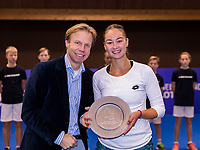 Alphen aan den Rijn, Netherlands, December 16, 2018, Tennispark Nieuwe Sloot, Ned. Loterij NK Tennis, Womans  Single winner:  Lesley Kerkhove (NED) and Director of the KNLTB Erik Poel<br /> Photo: Tennisimages/Henk Koster
