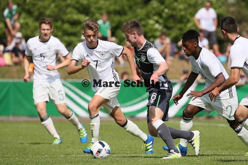 Niklas Shipnoski (D, FCK) und Bote Baku (D, Mainz 05) gegen Conor Levingston (IRL) - Deutschland vs. Irland, U18-Freundschaftsspiel, Stadion am Sommerdamm, Rüsselsheim