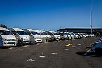 Aufnahme am zentralen Bus-Depot für beschlagnahmte Fahrzeuge in Kapstadt, Südafrika. Hier warten Hunderte Minibusse darauf, dass sie nach der Bezahlung der Strafgebühren abgeholt werden.