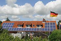 Europa Deutschland DEU Garten und Wohnhaus mit PV Solaranlage auf Nordstrand / Europe Germany GER Nordstrand building with solar panel and german flag - Bürgerenergie, Buergerenergie