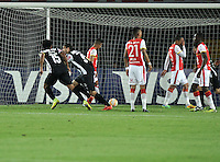BOGOTA- COLOMBIA – 18-03-2015: Lucas Pratto (2Izq.), jugador del Atletico Mineiro de Brasil celebra el gol anotado Independiente Santa Fe de Colombia,  durante partido entre Independiente Santa Fe de Colombia y Atletico Mineiro de Brasil, por la segunda fase, grupo 1, de la Copa Bridgestone Libertadores en el estadio Nemesio Camacho El Campin, de la ciudad de Bogota. / Lucas Pratto (2L), player of Atletico Mineiro of Brasil, celebrates  the scored goal to Independiente Santa Fe of Colombia during a match between Independiente Santa Fe of Colombia and Atletico Mineiro of Brasil for the second phase, group 1, of the Copa Bridgestone Libertadores in the Nemesio Camacho El Campin in Bogota city. Photo: VizzorImage / Luis Ramirez / Staff.