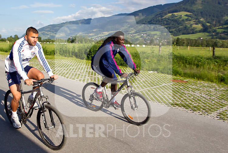 05.07.2011, Tauern SPA, Kaprun, AUT, Olympique Lyon, Training, im Bild beim Radfahren Bafetimbi Gomis, Olympique Lyon scherz mit einem Mannschaftskollegen // during a training session on bikes of Olympique Lyon, in Kaprun, Austria on 2011/07/05, EXPA Pictures © 2011, PhotoCredit: EXPA/ J. Feichter