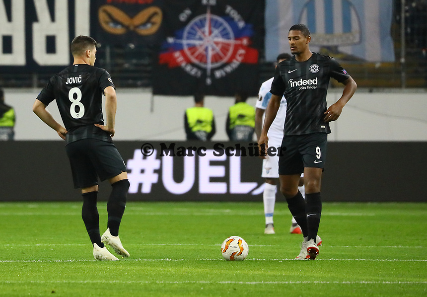 Anstoss von Luka Jovic (Eintracht Frankfurt) und Sebastien Haller (Eintracht Frankfurt) - 04.10.2018: Eintracht Frankfurt vs. Lazio Rom, UEFA Europa League 2. Spieltag, Commerzbank Arena, DISCLAIMER: DFL regulations prohibit any use of photographs as image sequences and/or quasi-video.