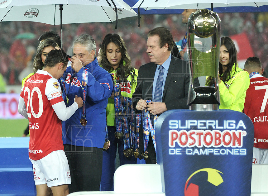 BOGOTA - COLOMBIA -27 -01-2015: Los jugadores de Independiente Santa Fe, reciben la medalla como Campeones de la Super Liga 2015, en el estadio Nemesio Camacho El Campin de la ciudad de Bogota.   / Players Independiente Santa Fe, received the medal as Champions of the Super Liga 2015 at the the Nemesio Camacho El Campin Stadium in Bogota city. Photo: VizzorImage / Luis Ramirez / Staff.