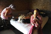 Roma 22 Gennaio 2010.Campo Rom Casilino 900.Le famiglie maceconi bosniache e kossovare si preparano a portare a lasciare le abitazioni .Chiude il campo rom di Casilino 900.Una famiglia di rom lascia il campo per andare in un campo attrezzato del comune di Roma, in attuazione del Piano Nomadi, che ricolloca i rom in altri campi..Maceconi Bosnian and Kosovar families prepare to take to leave their homes..Closes the Roma camp in Casilino 900.A family of Roma left the field to go into a field facilities of the municipality of Rome, in implementation of the Plan Nomads, which replaces the Roma in other fields..