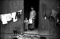 Montenegro  Novembre 2000.Campo profughi di Konik 1.Mdre e figli di etnia rom  davanti alla loro abitazione