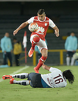 BOGOTÁ-COLOMBIA-16-02-2016: Juan D Roa (Izq) jugador de Independiente Santa Fe de Colombia disputa el balón con Fidencio Oviedo (Der) jugador de Cerro Porteño de Paraguay, durante partido de la fecha 1 por la segunda fase, llave G8, de la Copa Bridgestone Libertadores 2016 jugado en el estadio Nemesio Camacho El Campin de la ciudad de Bogotá. / Juan D Roa (L) player of Independiente Santa Fe of Colombia fights for the ball with Fidencio Oviedo (R) player of Cerro Porteño of Paraguay during the match of the date 1 for the second phase, G8 key, of the Copa Bridgestone Libertadores 2016 played at Nemesio Camacho El Campin stadium in Bogota city.  Photo: VizzorImage/ Gabriel Aponte /Staff