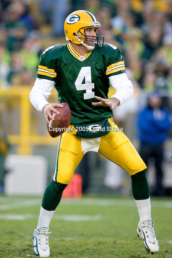 Quarterback Brett Favre #4 of the Green Bay Packers throws a pass against the Pittsburgh Steelers at Lambeau Field on November 6, 2005 in Green Bay, Wisconsin. The Steelers defeated the Packers 20-10. (Photo by David Stluka)
