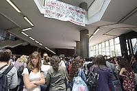 Roma,24 Maggio 2012.Protesta degli studenti  davanti alla facoltà di Economia dell'Università La Sapienza di Roma dove si tiene un convegno in memoria dell'economista Federico Caffè alla presenza del presidente della Bce, Mario Draghi, e del governatore della Banca d'Italia, Ignazio Visco, suoi allievi..Striscioni contro l'Austerità e la BCE..Nella foto giovani in fila per assistere al convegno e in alto striscione di protesta