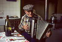 Europe/France/Auverne/63/Puy-de-Dôme/Parc Naturel Régional du Livradois-Forez/Thiers : Accordéoniste [Non destiné à un usage publicitaire - Not intended for an advertising use]<br /> PHOTO D'ARCHIVES // ARCHIVAL IMAGES<br /> FRANCE 1980
