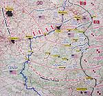 Foto: VidiPhoto<br /> <br /> BASTOGNE – Op 16 december is het precies 75 jaar geleden dat Hitler een laatste serieuze poging deed om de geallieerde opmars tot stilstand te brengen en de haven van Antwerpen in handen te krijgen. Het Ardennenoffensief was tegen de zin van de Duitse generaals, omdat er onvoldoende getrainde manschappen beschikbaar waren en nauwelijks brandstofvoorraden. In totaal kwamen er 160.000 militairen aan zowel Duitse als geallieerde zijde om het leven. Foto: Deze kaart toont welke plannen de Duitsers hadden tijdens het Ardennenoffensief.